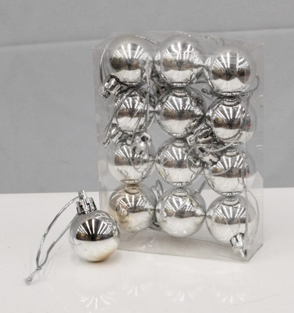2cm Silver baubles in pack